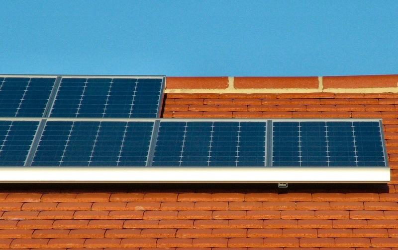 Maison équipée de panneaux solaires.